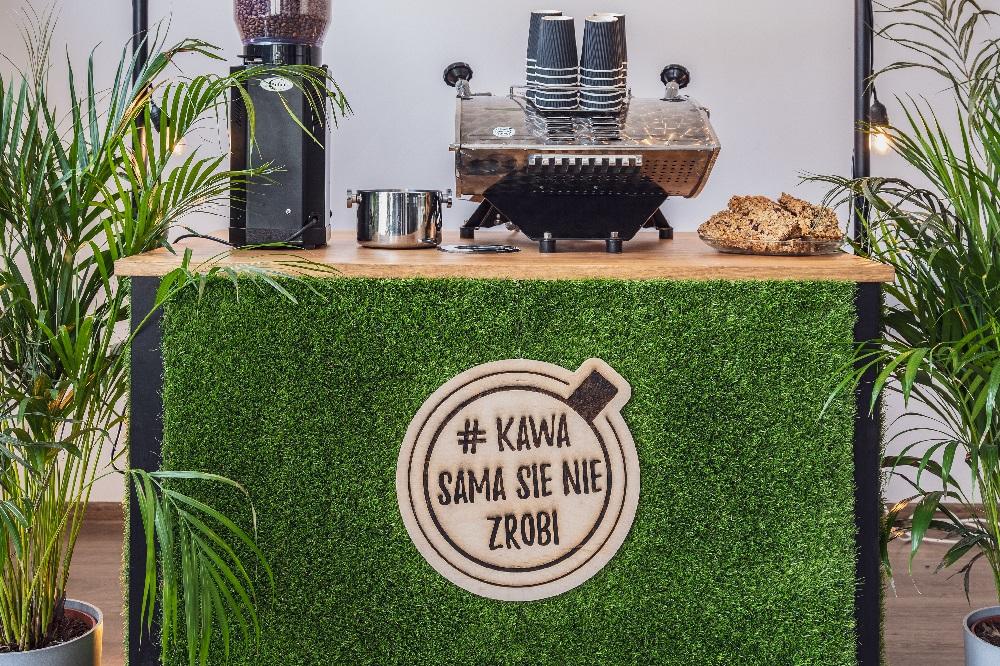 mobilny bar kawowy colours of coffee czarny z trawą i ekspresem Speedster i młynkiem do kawy