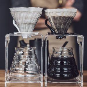 domowy barista zaparzający czarną kawę