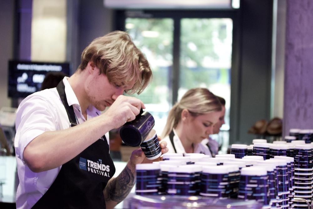 mobilny barista-colours-of-coffee-nalewający-kawę-i-latte-art